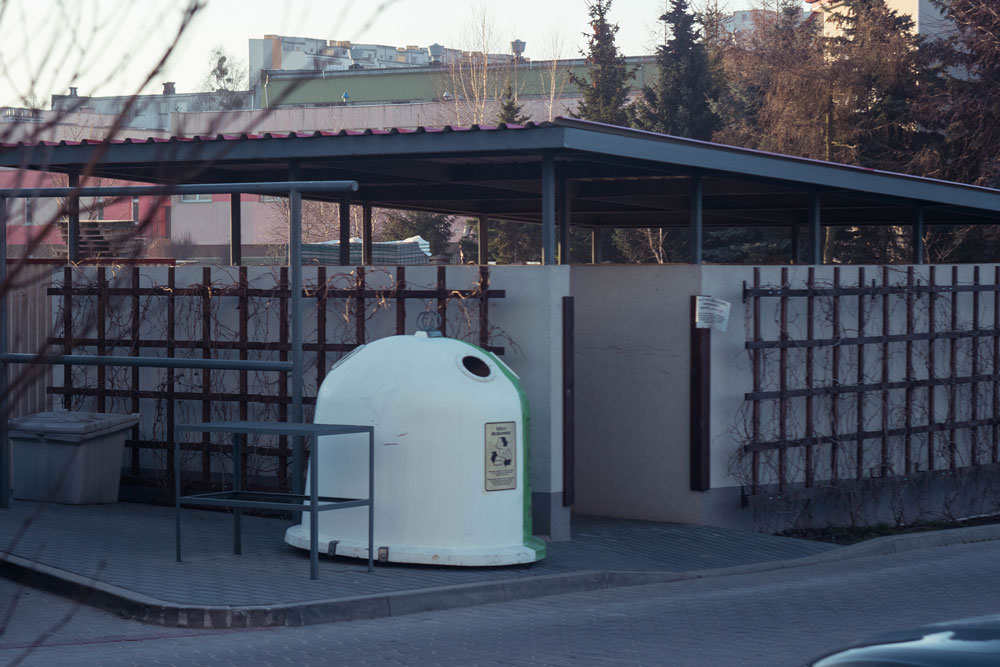 Внутри такой веранды стоят контейнеры. Снаружи контейнер для стекла: белая половина для прозрачного, зеленая для цветного
