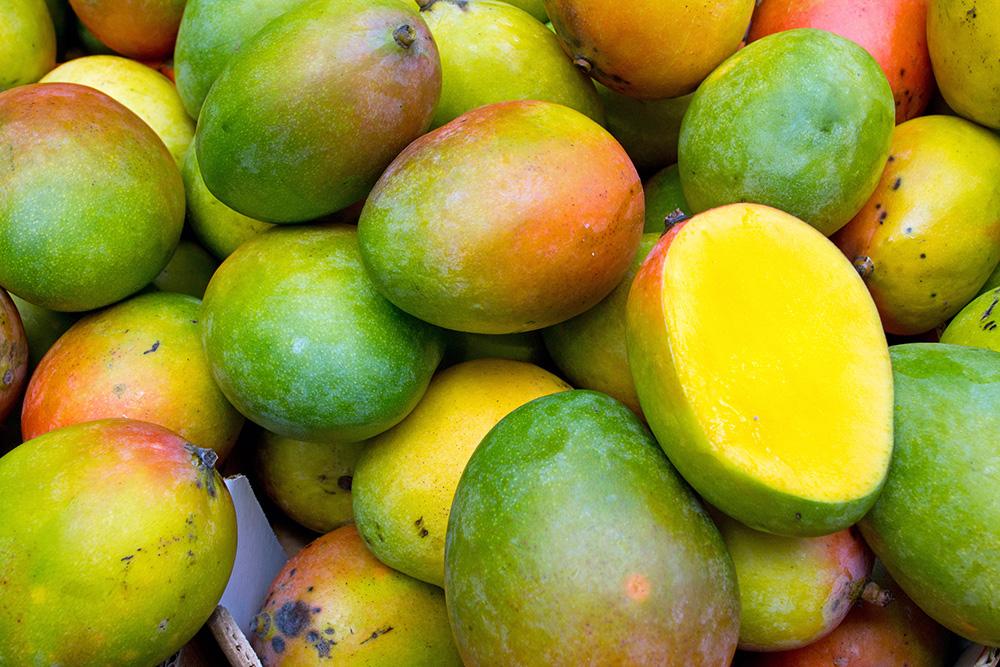У манго, как и авокадо, цвет кожуры не говорит о спелости: это фрукт любых оттенков красного и желтого