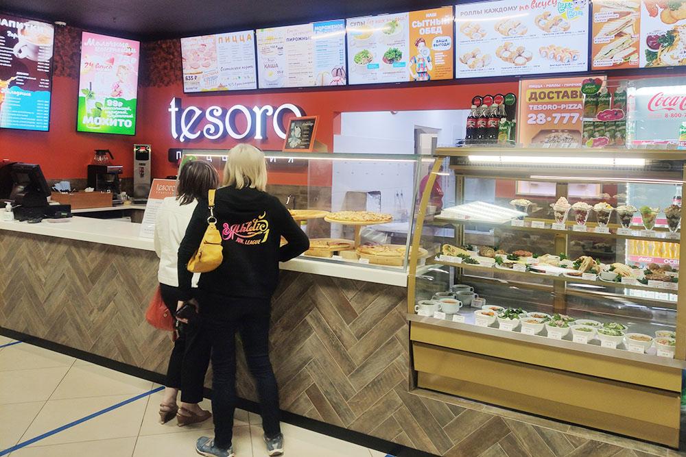 Местная пиццерия Tesoro — салаты, пицца, картошка фри, коктейли и роллы. Средний чек — 500—600<span class=ruble>Р</span> с человека