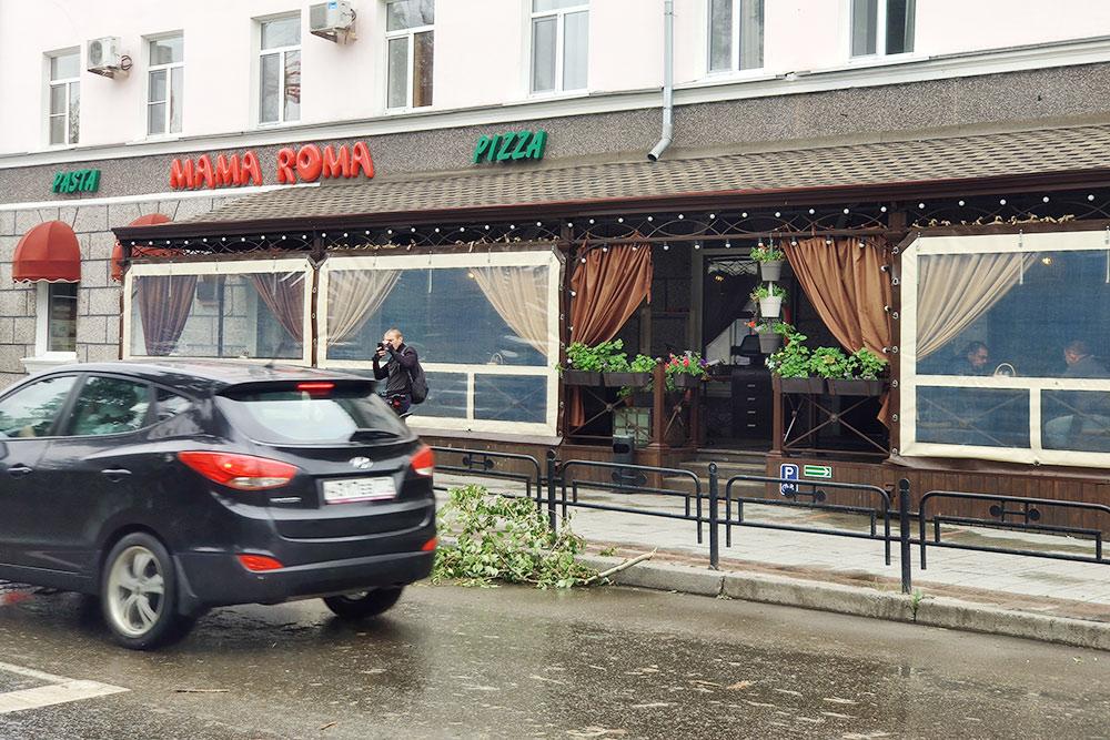 Mama Roma — один изнемногих ресторанов, которые открыли в начале лета после пандемии, так как унего есть терраса. ВАбакане кафе досихпор закрыты. Рестораторы выходят наодиночные пикеты, но пока ничего неизменилось