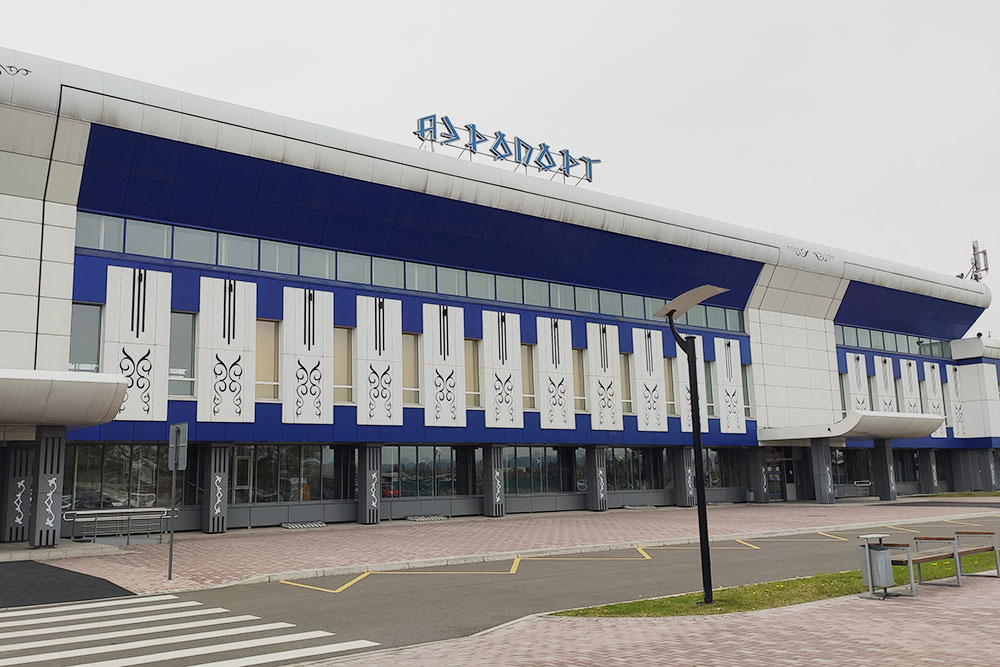 Аэропорт украшен национальными узорами, шрифт стилизован подорхоно-енисейскую руническую письменность