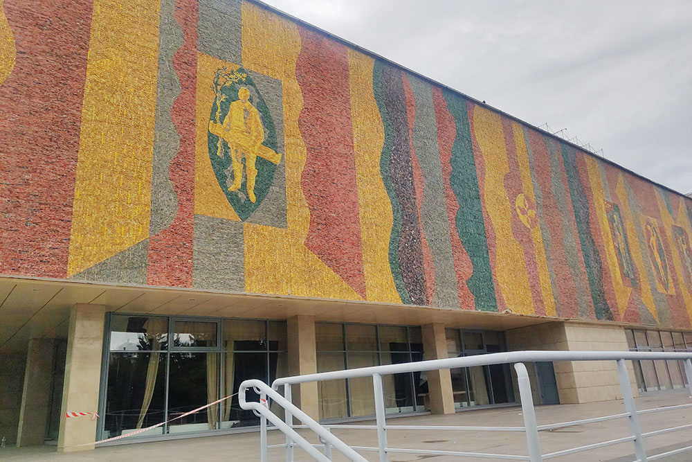 Мозаика с изображением музыканта хайджи с чатханом на здании Хакасского национального театра