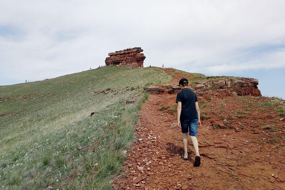 Тропа к вершине Сундука, идти поней сложно лишь пожилым людям — склон достаточно пологий иnbsp;удобный длявосхождения