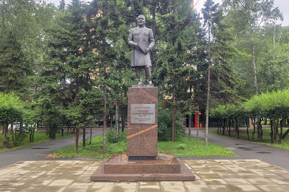 Памятник Николаю Катанову находится рядом с ХГУ