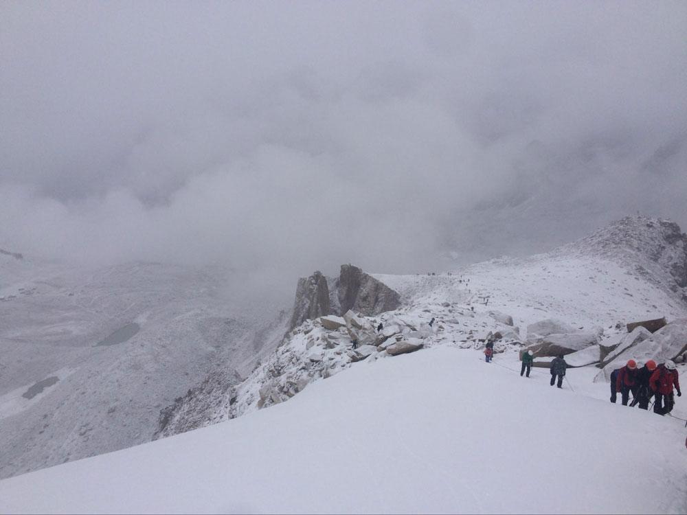 Это альпиниада — массовое восхождение на 4147 м. Маршрут простой, может подняться новичок, но нужно минимальное страховочное снаряжение