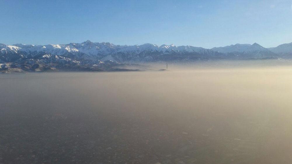 Фото из иллюминатора, смог над городом в декабре