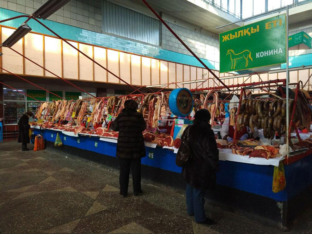 На рынках продается свежее мясо, можно найти национальное казахское блюдо из конины — колбасу казы