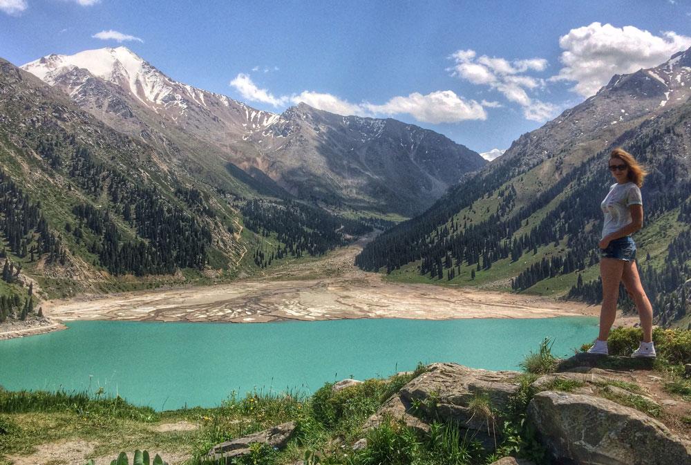 В зависимости от времени года вода в озере может быть от голубого до зеленого цвета