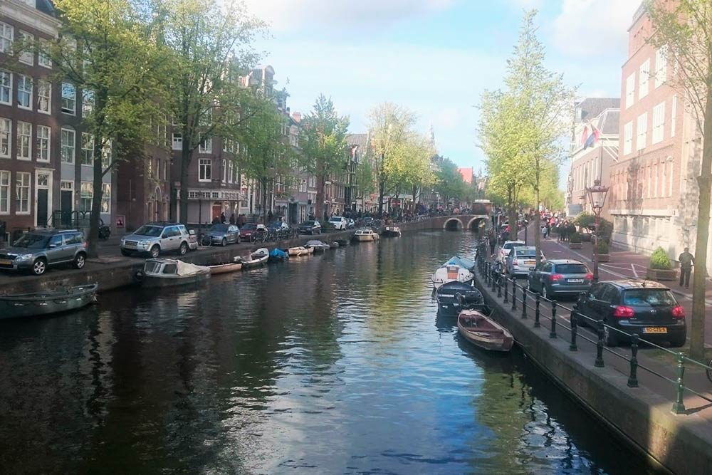 Вид на канал Принсенграхт: типичный центр Амстердама с каналами, лодками и старинными домами