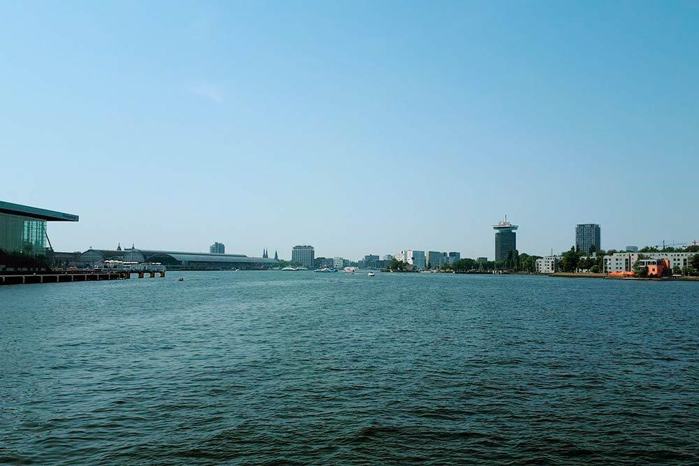 В Амстердаме очень много воды. Вид на город с парома на реке Эй (IJ)