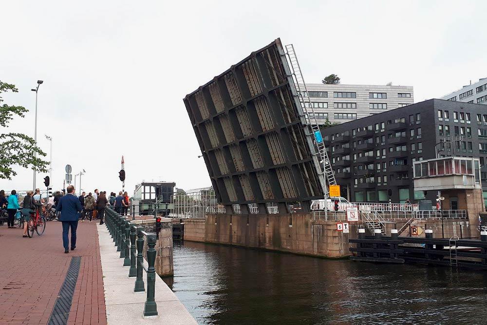 В городе могут внезапно развести мост, чтобы прошли высокие лодки