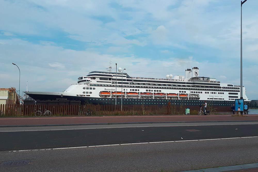 Из порта Амстердама такие лайнеры отправляются в морские круизы по Европе