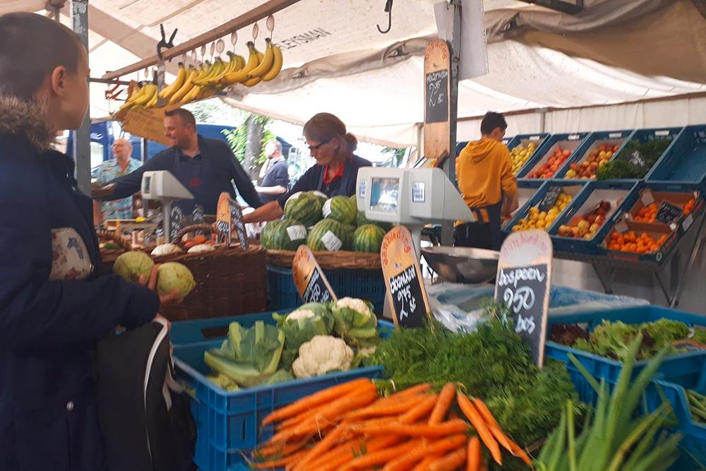 Субботний рынок — одно из немногих мест, где может понадобиться наличка
