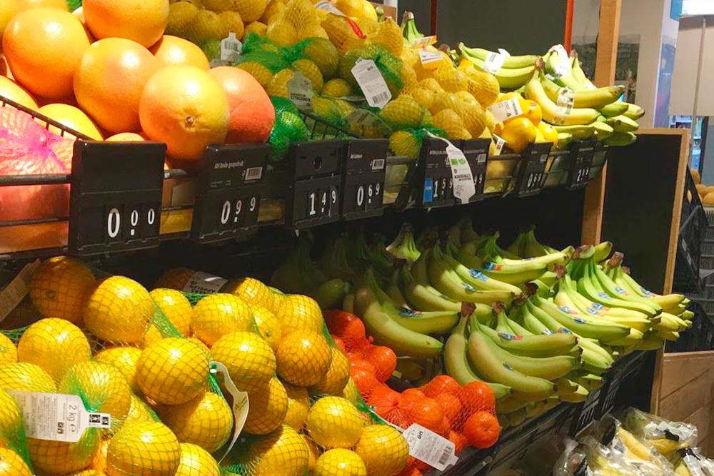 Такой набор фруктов продается круглый год. Их привозят в основном из Южной Америки и Южной Африки