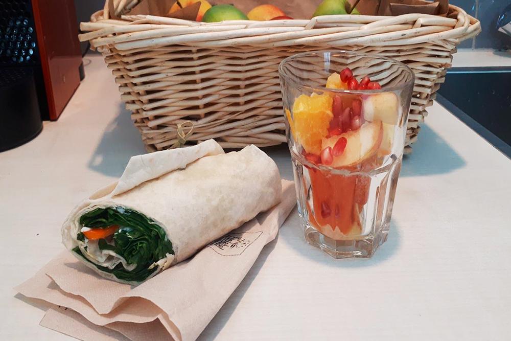 Обычный обед: сэндвич и немного фруктов за 3,5€