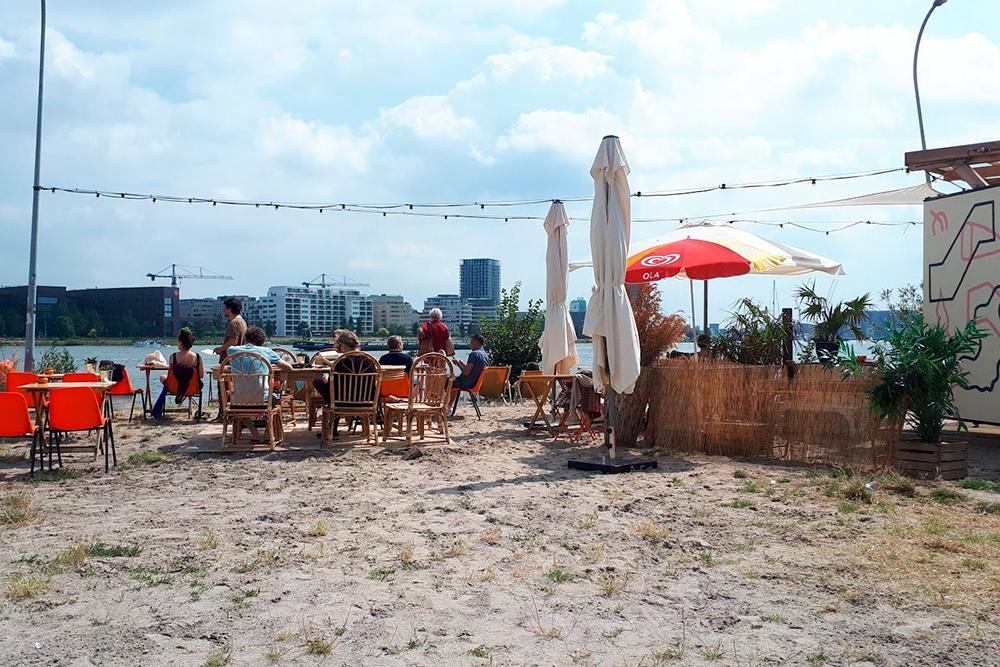 В солнечные и теплые дни многие отправляются в бары у реки