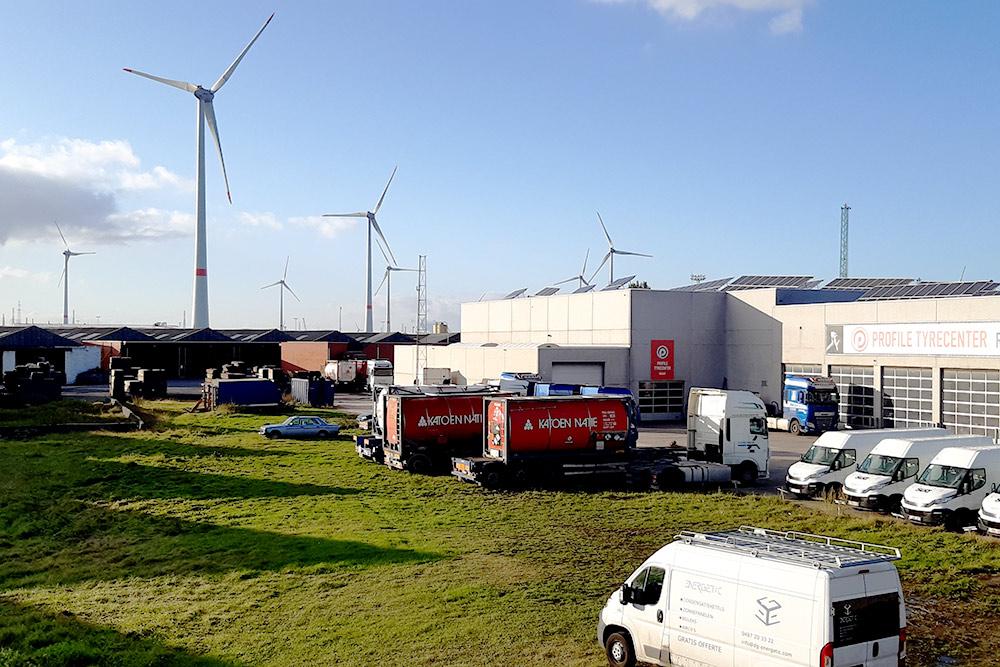 В городе большая промышленная зона, она начинается вгавани Антверпена итянется насевер доСеверного моря играницы сНидерландами. Эти места отлично подходят длягенерации «зеленой энергии», поэтому там установлено много ветряков