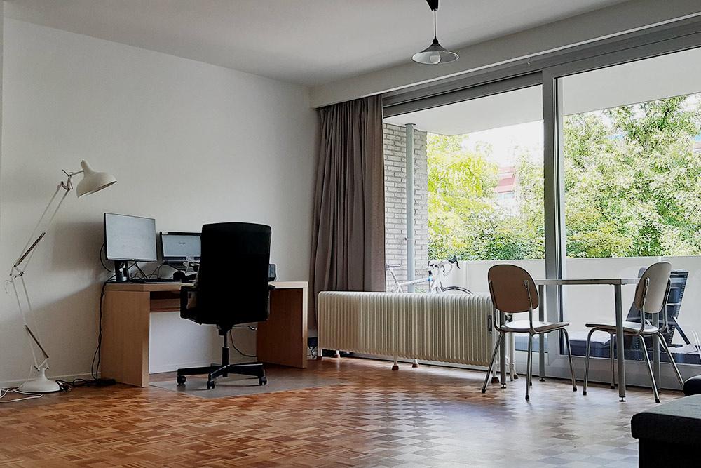 Так выглядит гостиная внашей квартире. Унас панорамные окна идва просторных балкона