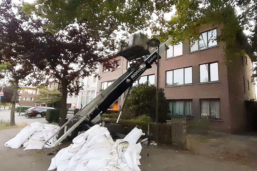 Вот такой аппарат помогает местным грузчикам припереезде