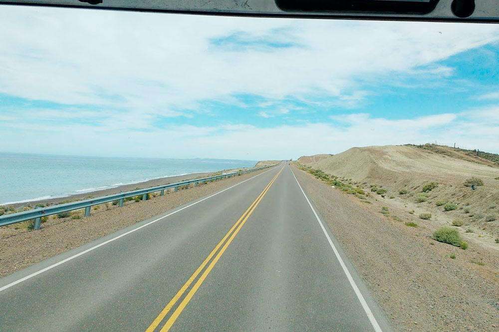 Слева атлантическое побережье, справа — пустыня