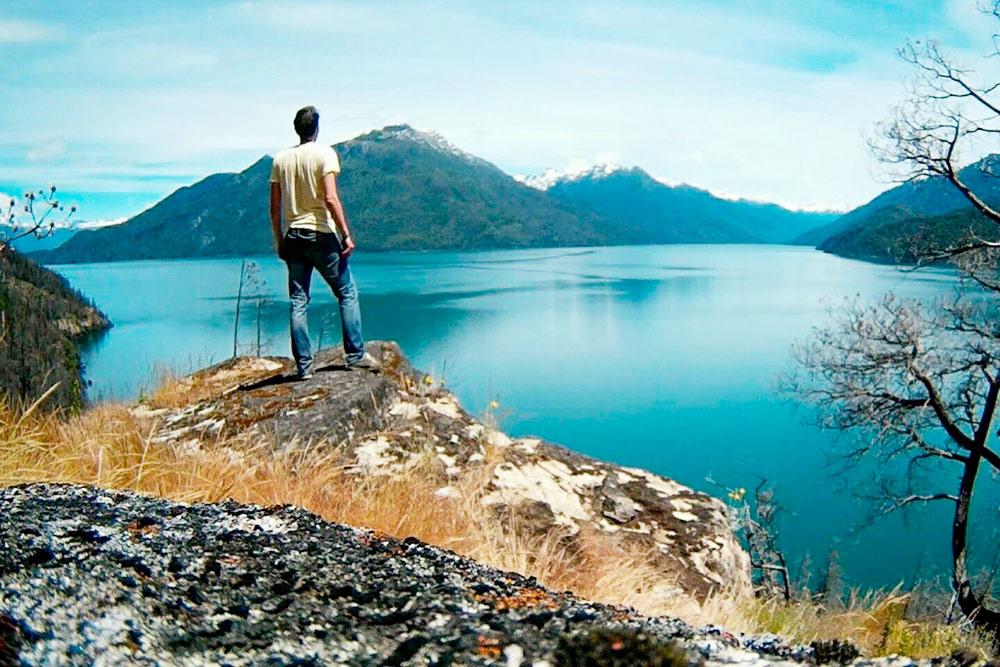 Озеро Пуэло — сюда впадает река Асуль. Одна из больших проблем Патагонии — частые пожары, которые уничтожают леса. Часть берега, где я сделал фото, пострадала от огня