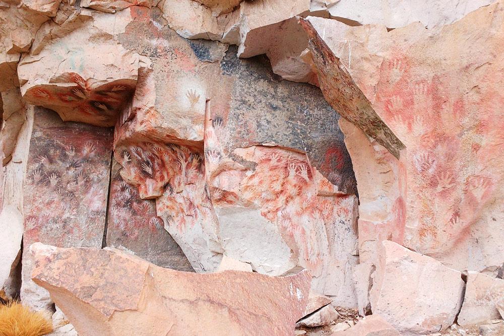 Рисунки удивительно хорошо сохранились, несмотря на то что несколько раз их портили недобропорядочные местные жители — откалывали длясебя части рисунков. Длина стены с рисунками — около 30—40 метров