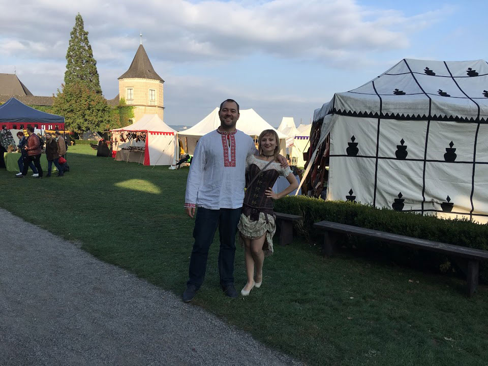 Мы на ежегодном костюмированном фестивале, посвященном рыцарям и Средневековью. Фестиваль проходит в старинном замке недалеко от Цветля