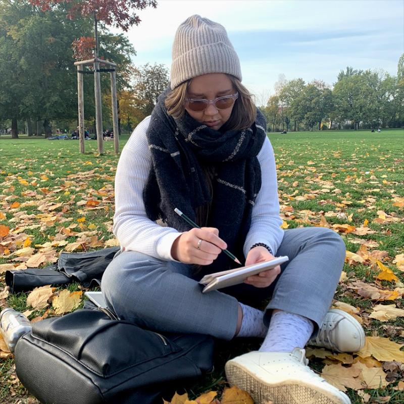 Анастасия в роли немецкого студента. Обычно они готовятся к семинарам прямо на газоне в парке
