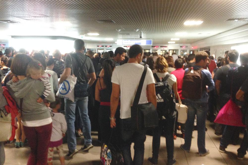 Очередь на паспортный контроль. В небольшом помещении 200 человек и всего две работающиекабинки