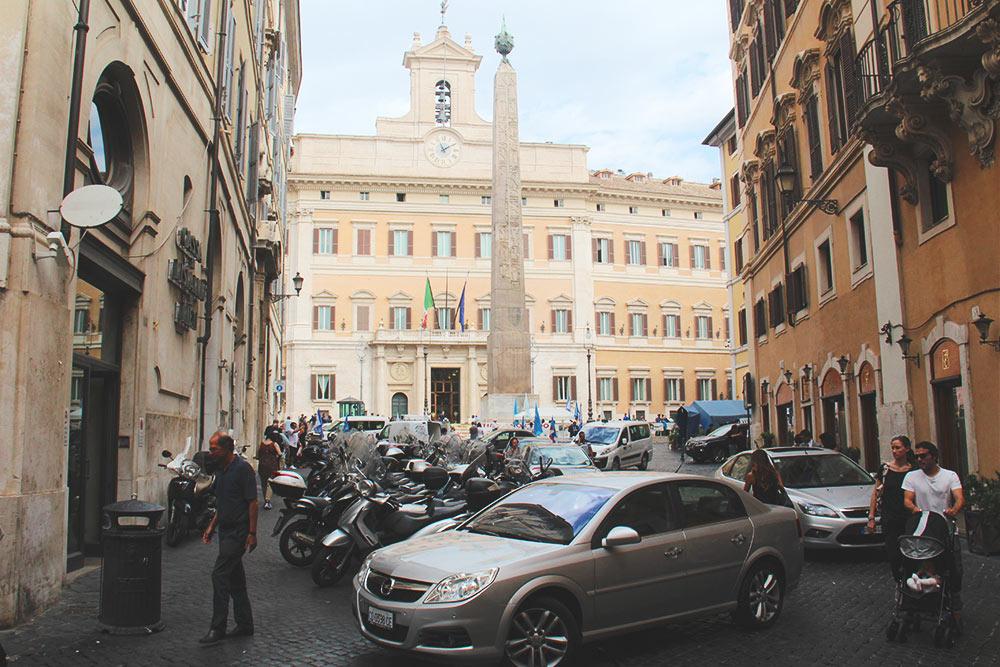 Улицы Рима плотно заставлены автомобилями и мопедами