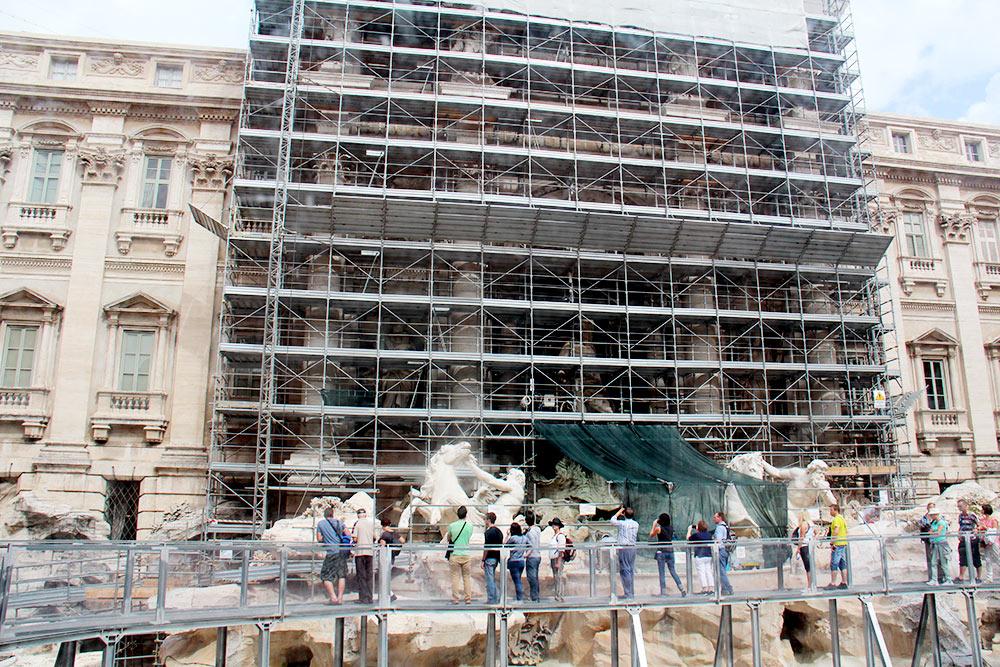И вот что я увидел в реальности: фонтан Треви во время ремонта. Туристы стоят в очереди, чтобыпройти по мостику и сфотографировать строительные леса
