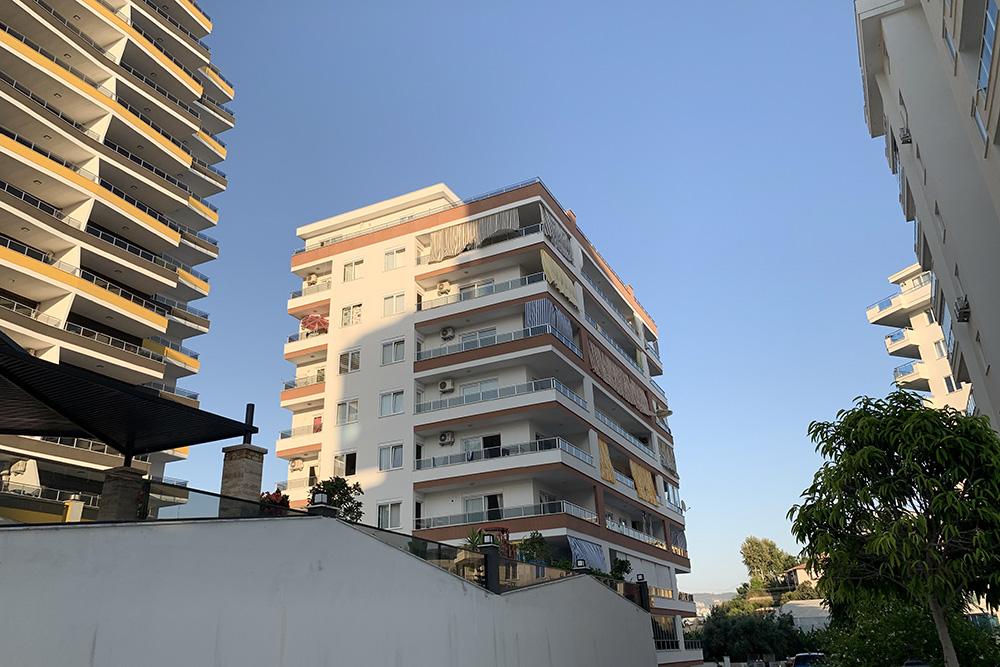 Многие закрывают свои балконы шторами: это спасает отсолнца иотчужих глаз