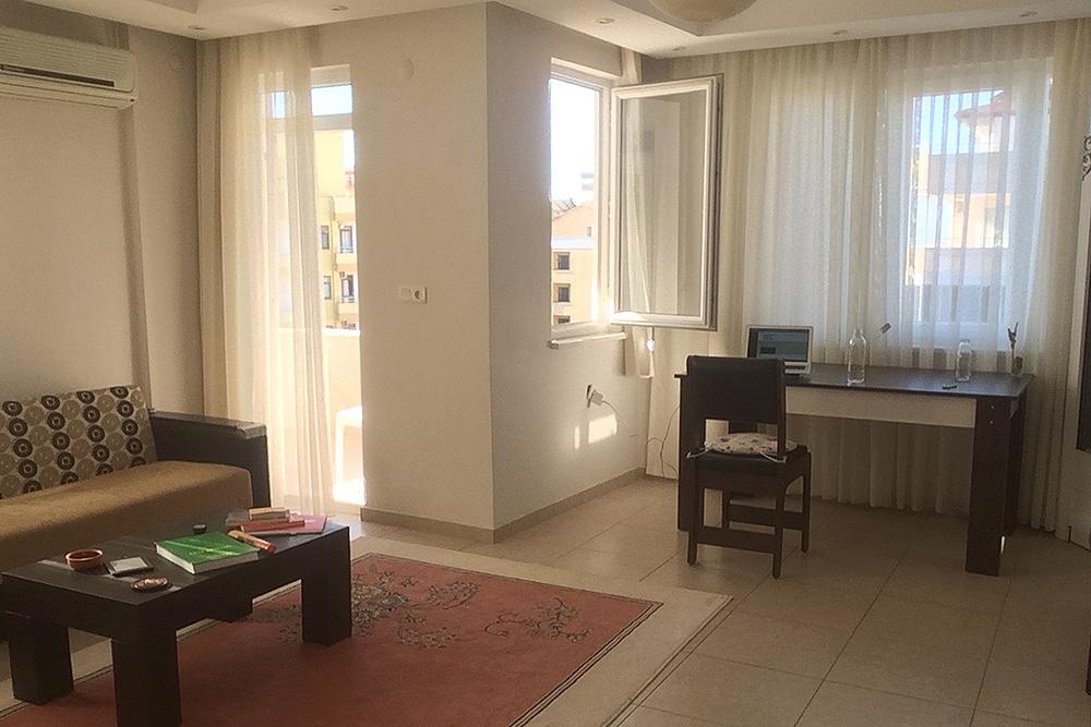 Вмоей нынешней квартире мало мебели. Впредыдущей вгостиной стояли два огромных дивана идва кресла— длячастого приема гостей. ВТурции мебель продают сетами длябольших компаний