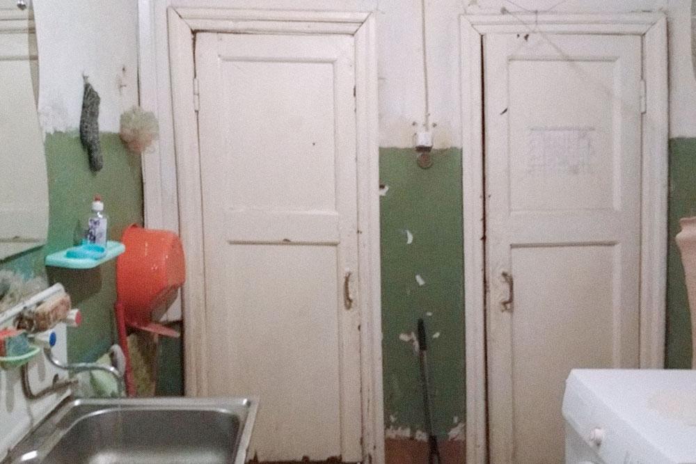 У нас в квартире два санузла, перед ними — общая комната. Здесь стоят стиральные машины и висят шкафчики с бытовой химией