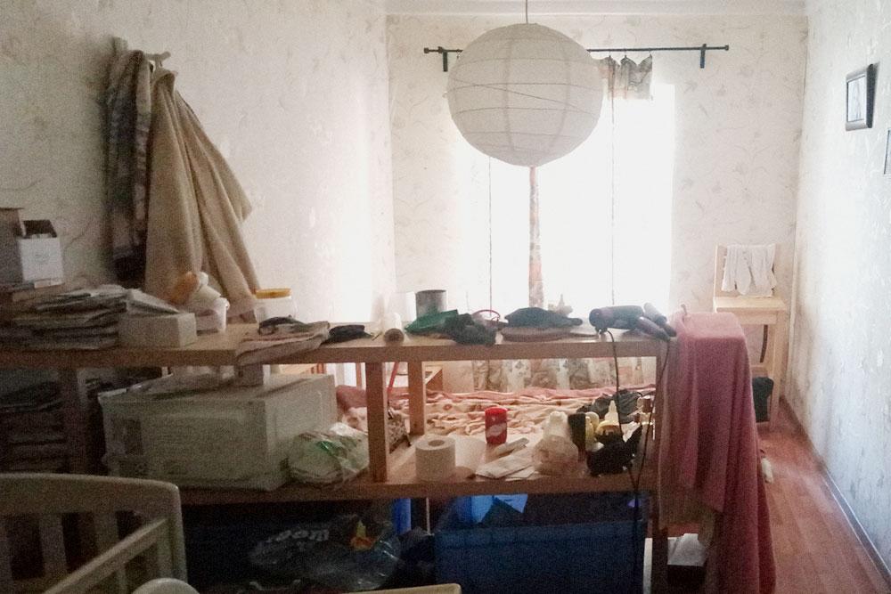 А так выглядит наша комната через четыре года. Стеллаж не только делит пространство: в нем хранится одежда и детские вещи в синих корытах