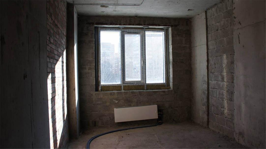 Если отказаться от отделки, квартиру вы можете получить примерно в таком виде. Самостоятельный ремонт обойдется дороже, но качество вы сами проконтролируете