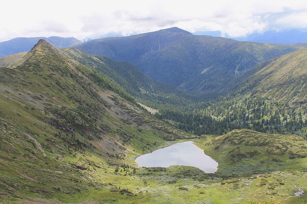 В жаркий день озеро Сердце так и манит спуститься к нему и искупаться. Правда, вода в нем ледяная даже летом