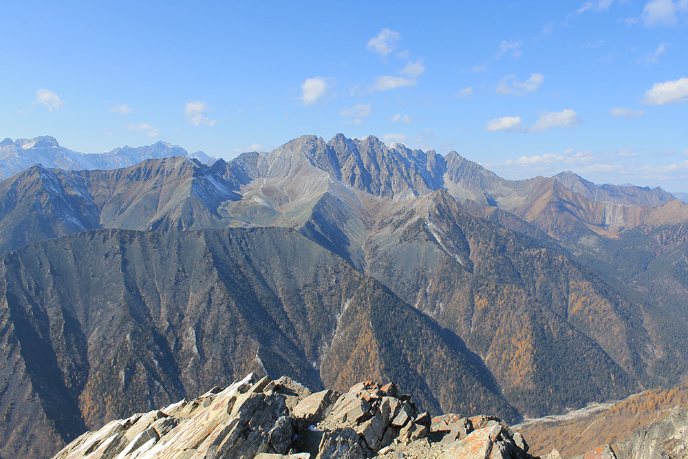 С пика Любви открывается потрясающий вид на другие вершины Восточного Саяна