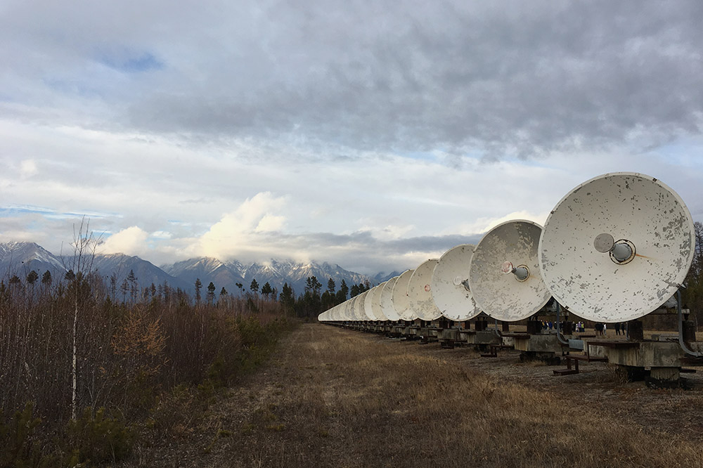 Недалеко от поселка Аршан находится солнечный радиотелескоп. 256 антенн синхронно поворачиваются за Солнцем и сканируют его