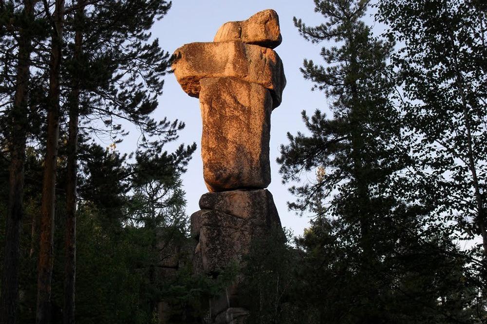 Скальник Идол как будто выложен из камней, поэтому его часто сравнивают с изваяниями с острова Пасхи. Источник:«Есоседи»