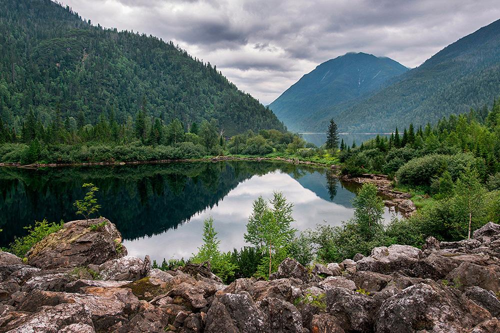 В Соболином озере плавают, но купальный сезон длится не больше трех недель в августе. Источник:Prigorod.Info