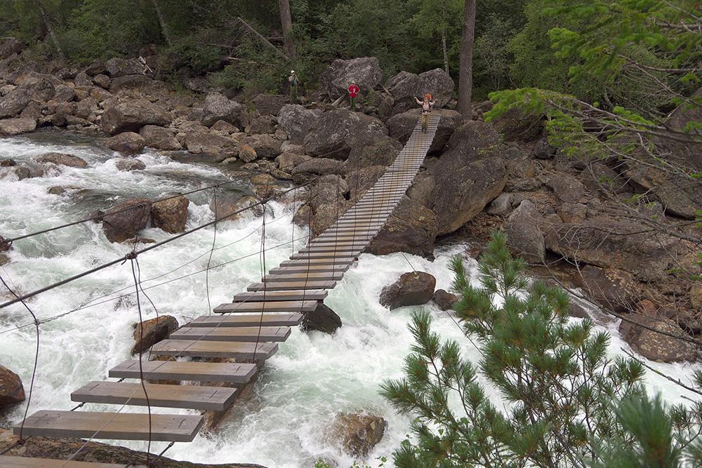 До Соболиного озера придется идти по лесной тропе и пересекать мосты через реки. Источник:«Байктур»