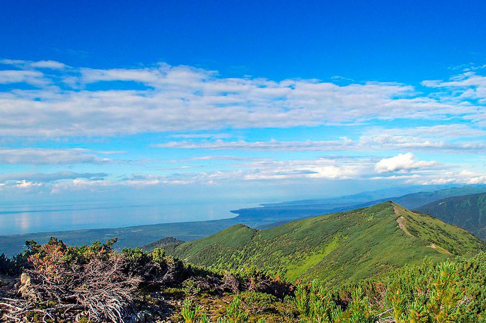 Вид на Байкал с Тальцинского пика. Источник: «Байктур»