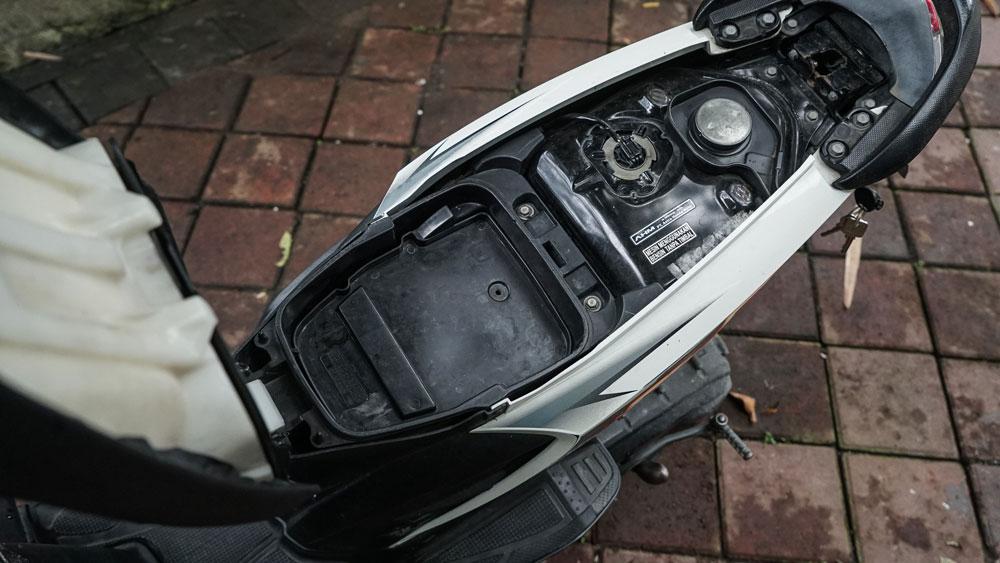 Маленький неглубокий багажник мотобайка — плохо, в него не влезет даже женская сумочка