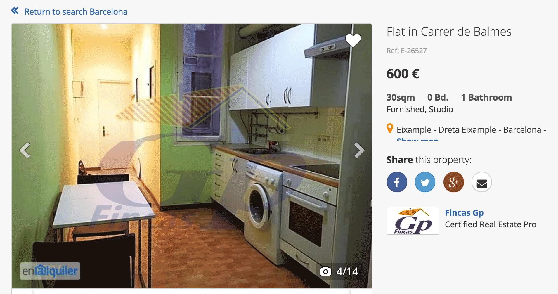 Вот эта квартира-студия стоит 42 000 р. в месяц. Окна выходят на «шахту», увешанную блоками кондиционеров