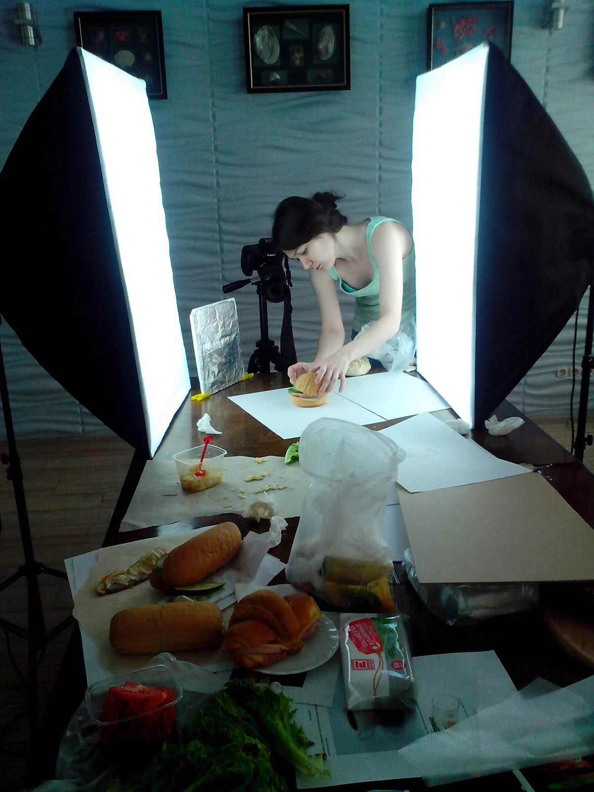 Раскладываю слои гамбургера. Перед этим нужно выяснить порядок слоев, нанести соус куда нужно и счистить его с огурцов и мяса. При хорошей организации это занимает 5 минут, при плохой — до 20