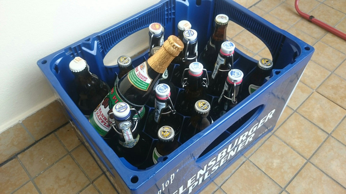 Все бутылки и ящик можно сдать на переработку