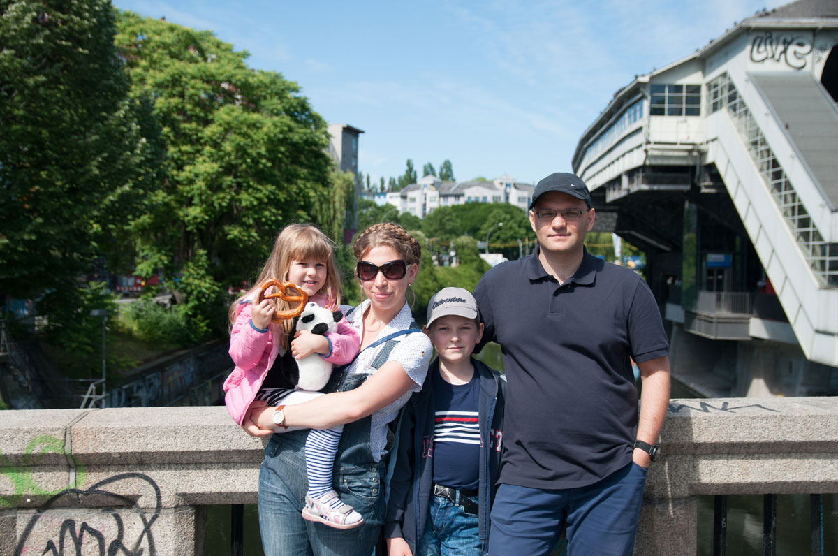 Наша семья в центре Берлина. У дочки в руках соленый брецель — традиционная немецкая выпечка