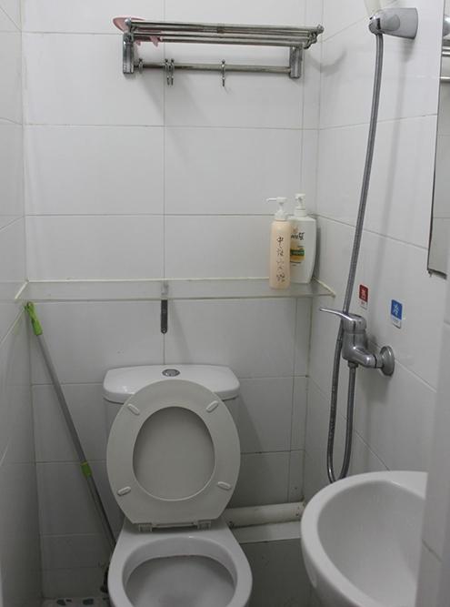 Ванная комната была миниатюрной, но чистой. На материковом Китае вместо привычного нам туалета может быть дырка в полу