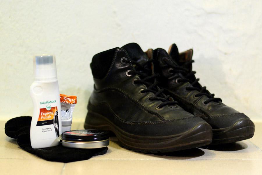 Ботинки, начищенные воском, черным кремом для кожи и составом для нубука